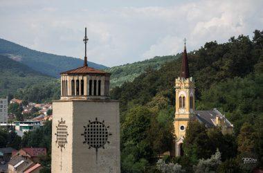 3100.hu Fotó: Előtérben az Acélgyári úti Szent József római katolikus plébániatemplom tornya, háttérben a salgótarjáni evangélikus templom