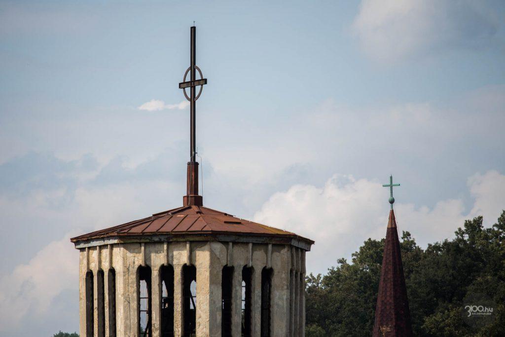 3100.hu Fotó: Előtérben az Acélgyári úti Szent József római katolikus plébániatemplom, háttérben a salgótarjáni evangélikus templom tornya