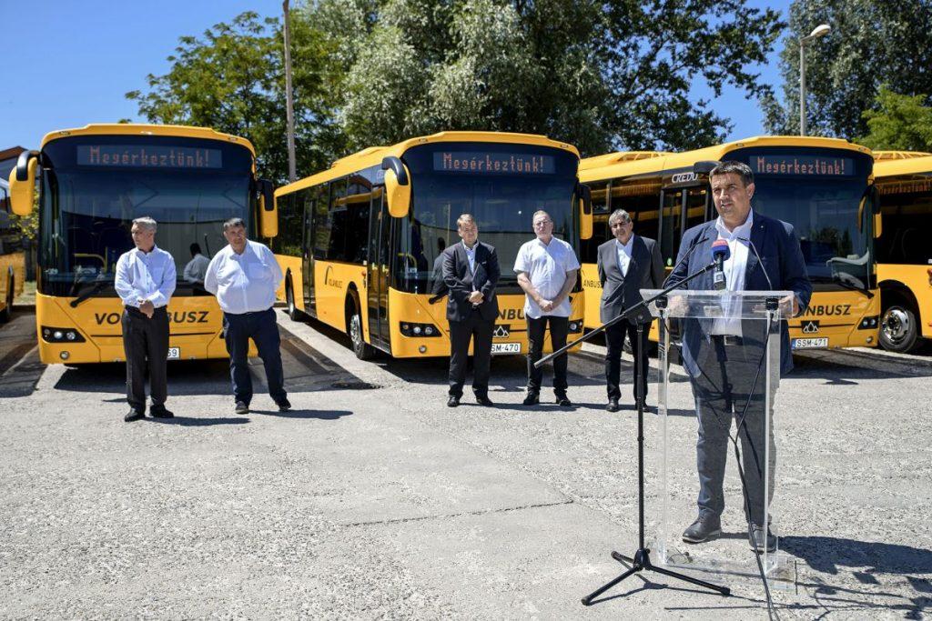 Becsó Károly országgyűlési képviselő az új autóbuszok átadóján (Fotó: Volánbusz Zrt.)