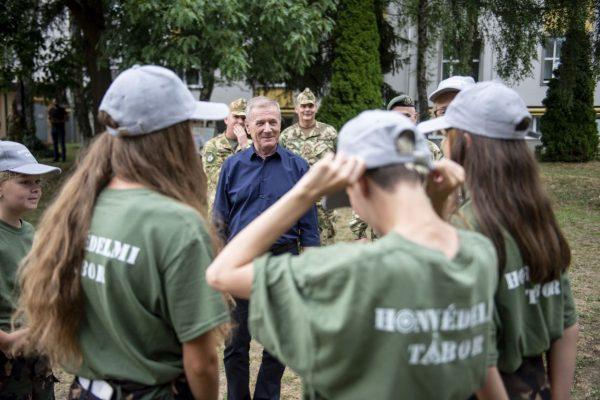 Benkő Tibor honvédelmi miniszter résztvevőkkel beszélget Bátonyterenyén, a Fáy András középiskolában megrendezett honvédelmi táborban (Fotó: MTI/Komka Péter)