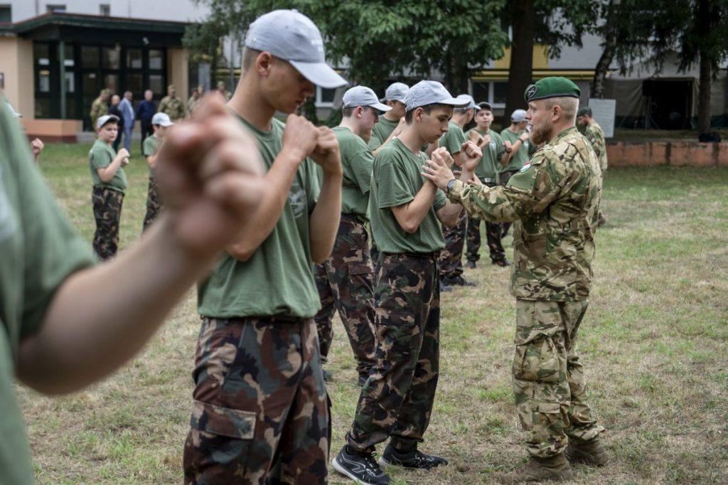 Fiatalok Bátonyterenyén, a Fáy András középiskolában megrendezett honvédelmi táborban 2021. július 19-én. (Fotó: MTI/Komka Péter)