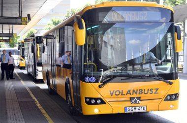 Az idei közbeszerzési pályázat eredményeként a Volánbuszhoz érkező 503 új autóbusz egyike, egy Credo Econell 12 típusú autóbusz a buszok érkezésével kapcsolatban tartott sajtótájékoztatón, a Népliget autóbusz-pályaudvaron 2021. július 20-án (Fotó: MTI/Máthé Zoltán)