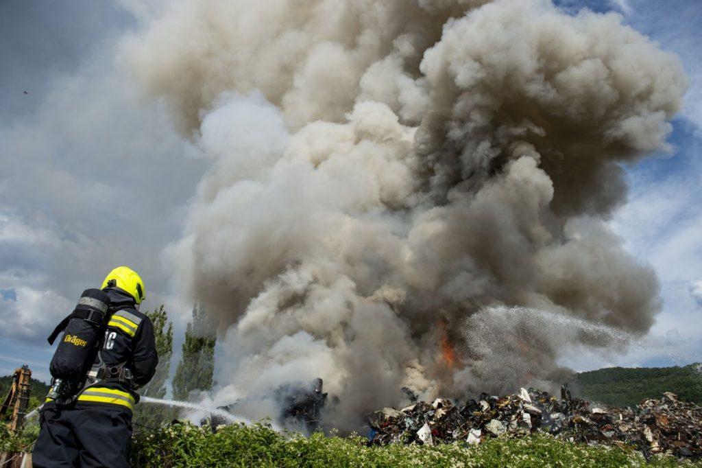 Tűzoltó egy kigyulladt salgótarjáni MÉH-telep oltásán 2021. július 4-én (Fotó: MTI/Komka Péter)