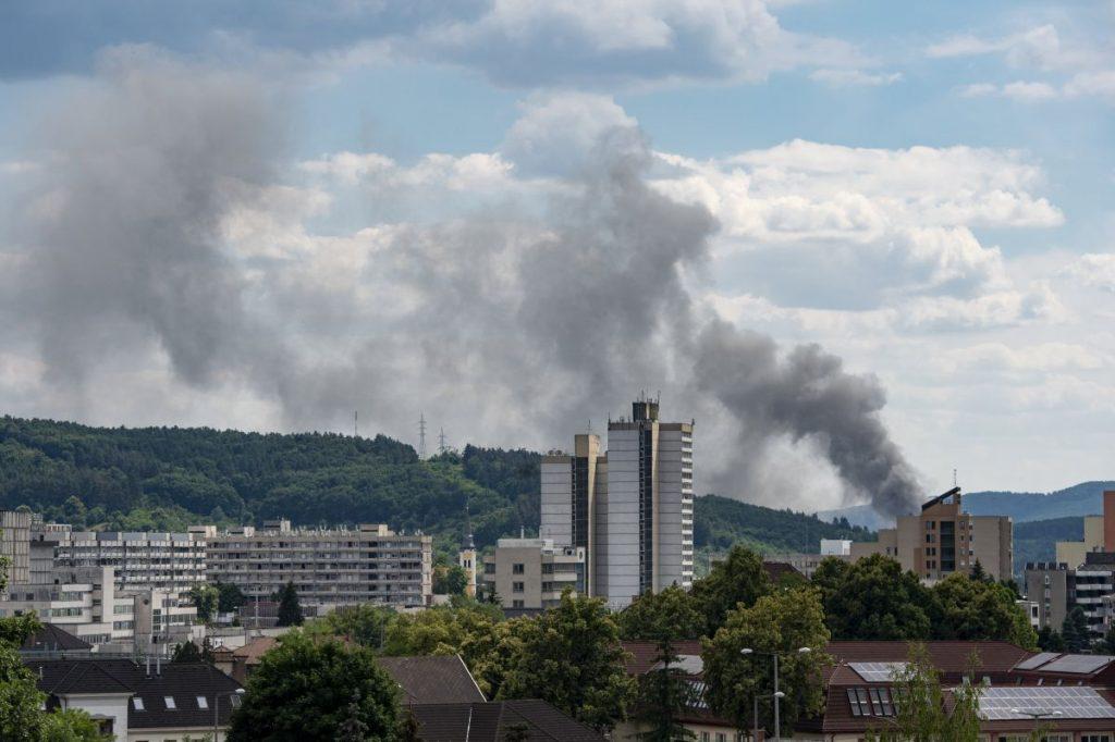 Egy kigyulladt MÉH-telep füstje gomolyog Salgótarjánban 2021. július 4-én (Fotó: MTI/Komka Péter)