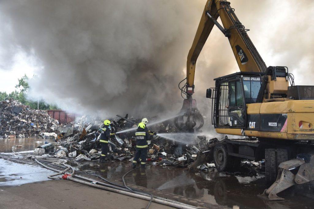 Munkagép és tűzoltók egy kigyulladt salgótarjáni MÉH-telep oltásán 2021. július 4-én (Fotó: Nógrád Megyei Katasztrófavédelmi Igazgatóság)
