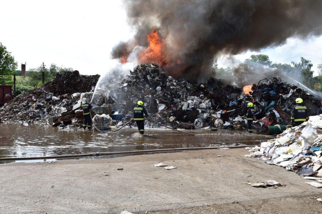 Tűzoltók egy kigyulladt salgótarjáni MÉH-telep oltásán 2021. július 4-én (Fotó: Nógrád Megyei Katasztrófavédelmi Igazgatóság)