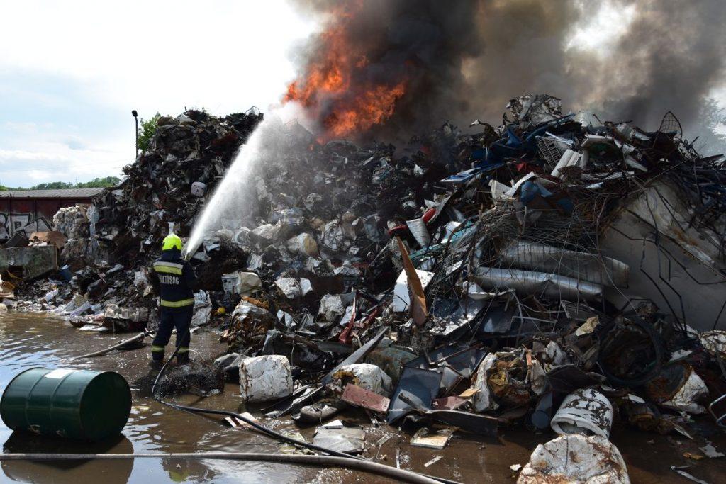Tűzoltó egy kigyulladt salgótarjáni MÉH-telep oltásán 2021. július 4-én (Fotó: Nógrád Megyei Katasztrófavédelmi Igazgatóság)