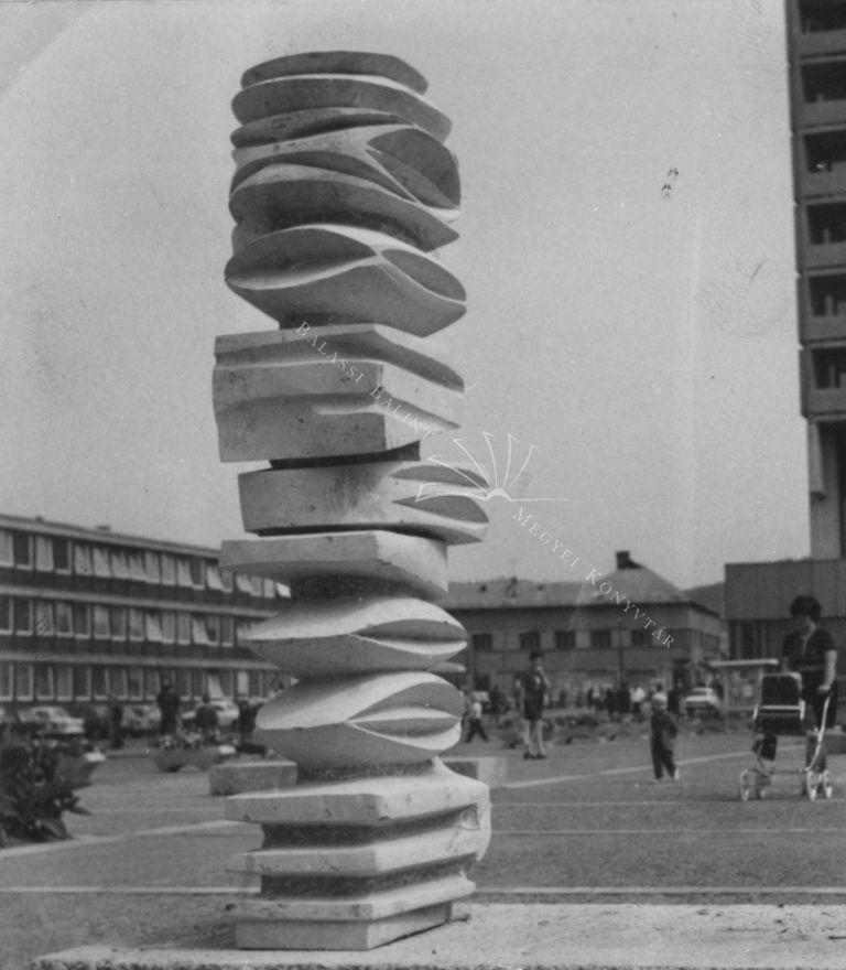 Az 1975-ös szabadtéri szoborkiállítás (Archív fotó forrása: Balassi Bálint Megyei Könyvtár)