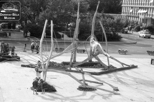 Az 1992-es szabadtéri szoborkiállítás a Fő téren, Salgótarjánban (Archív fotó forrása: Dornyay Béla Múzeum)