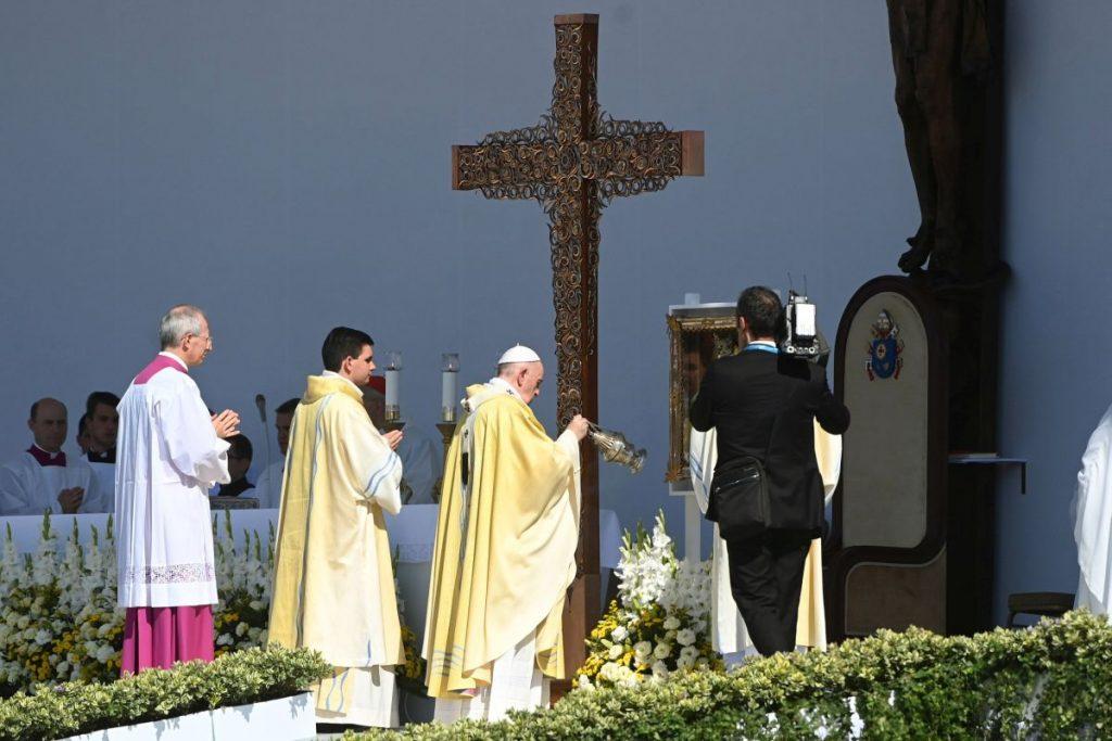 Ferenc pápa az 52. Nemzetközi Eucharisztikus Kongresszus zárómiséjén a Hősök terén, háttérben a missziós kereszt (Fotó: MTI/Bruzák Noémi)