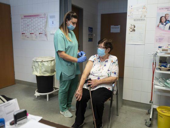 Egy nő megkapja a német-amerikai fejlesztésű Pfizer-BioNTech koronavírus elleni oltóanyag, a Comirnaty-vakcina harmadik, emlékeztető adagját a salgótarjáni Szent Lázár Megyei Kórház oltópontján (Fotó: MTI/Komka Péter)