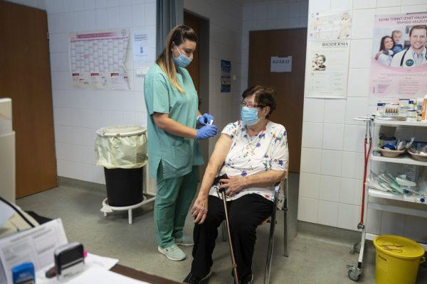 Egy nő megkapja a Pfizer-BioNTech koronavírus elleni oltóanyag, a Comirnaty-vakcina harmadik, emlékeztető adagját a salgótarjáni Szent Lázár Megyei Kórház oltópontján (Fotó: MTI/Komka Péter)