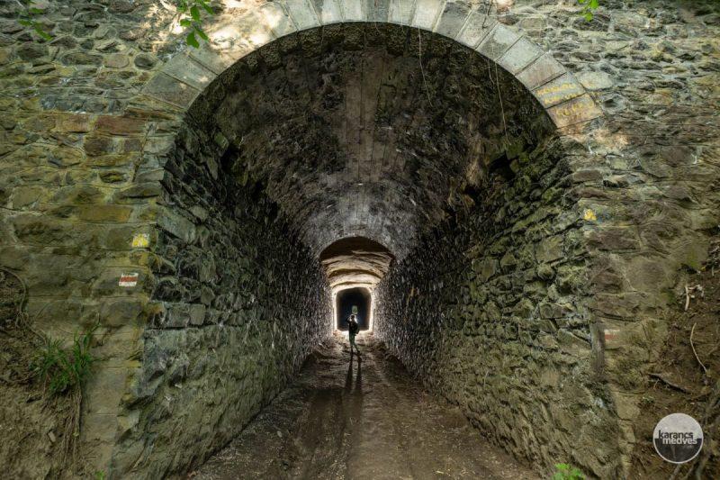 Az egykori kőszállító kisvasút megvilágított alagútja Somoskőújfalu közelében (karancs-medves.info fotó: Komka Péter)