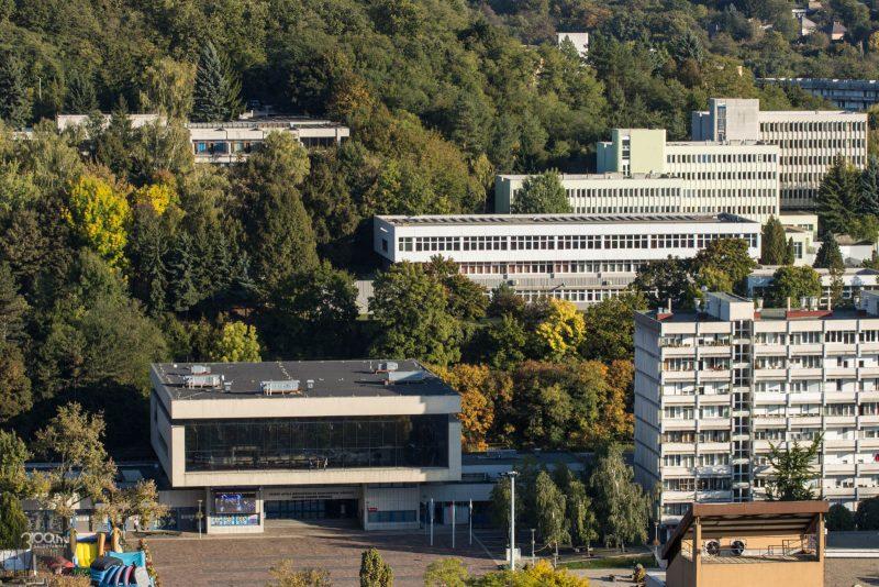 3100.hu Fotó: A szóban forgó épület a művelődési központ feletti domboldalon, a kollégiumi épületek közelében