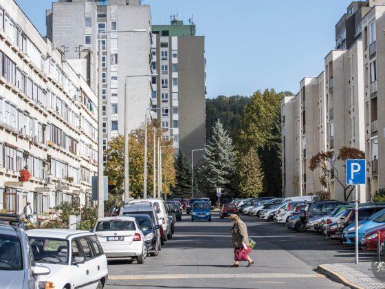 3100.hu Fotó: Az elkézelés szerint ezen a szakaszon dél felé haladna az egyirányú forgalom, kétoldali, halszálkás parkolók között