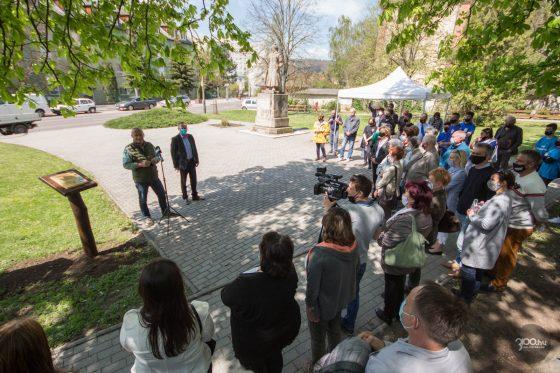 3100.hu Fotó: Fekete Zsolt polgármester és Szabó Sándor kormánymegbízott a Báthory téren, ahol a napokban a foglalkoztatási együttműködésnek faültetéssel állítottak emléket