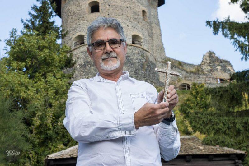 3100.hu Fotó: Fehér László ötvösmester, kezében a missziós kereszt kicsinyített másának mintadarabjával