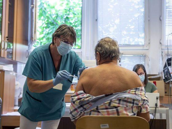 Egy férfi megkapja a német-amerikai fejlesztésű Pfizer-BioNTech koronavírus elleni oltóanyag, a Comirnaty-vakcina harmadik, emlékeztető adagját a salgótarjáni Szent Lázár Megyei Kórház oltópontján 2021. augusztus 12-én (Fotó: MTI/Komka Péter)