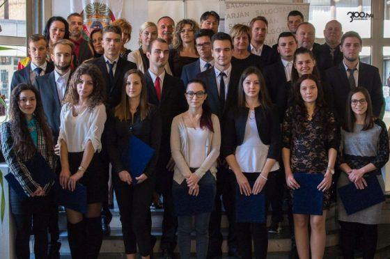 """3100.hu archív fotó: Az """"Itt van az otthonunk, itt van a jövőnk!"""" ösztöndíj-pályázatban résztvevő fiatalok, az önkormányzat és a majdani foglalkoztatók a korábbi évek egyik szerződéskötésének alkalmával"""