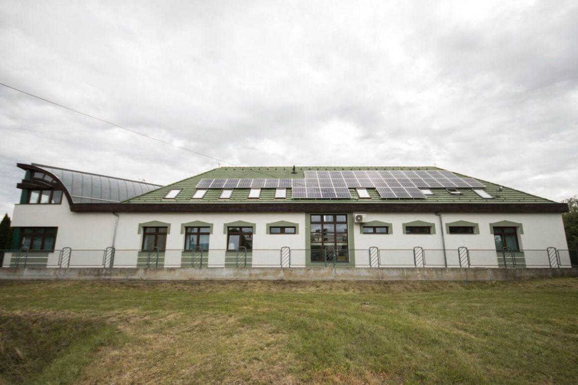 Hőszigetelt homlokzat, új nyílászárók és napelemes rendszer a megújult épületen (Fotó: Nógrád Megyei Kormányhivatal)