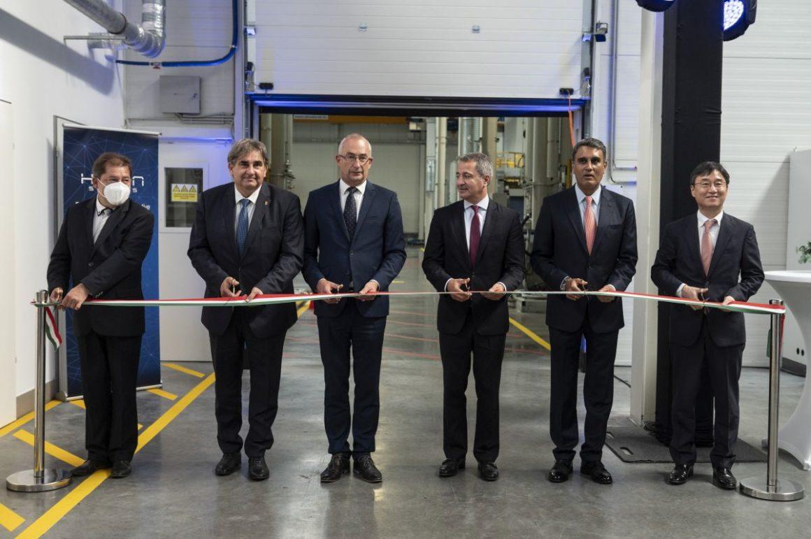 Hivatalosan is átadták a Hanon Systems kibővített rétsági üzemét (Fotó: MTI/Komka Péter)