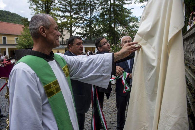 A Mátraverebély- Szentkút emlékhellyé nyilvánítását jelző sztélé leleplezése (Fotó: MTI/Komka Péter)